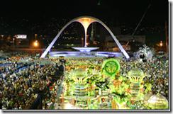 Vista superior da Marquês de Sapucaí durante o desfile de uma escola de samba