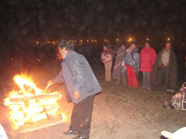 Compartiendo la oración junto al fuego