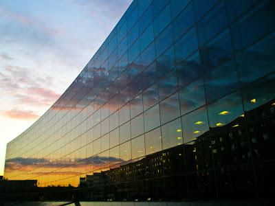 reflets du soleil sur une facade d'immeuble en verre