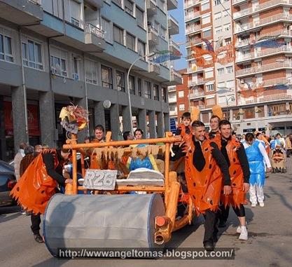 Los Picapiedras con el troncomovil, desfile de carnaval