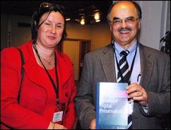 Eefke Smit van STM (li) met David Giaretta, Executive Director van APA, en zijn nieuwe boek 'Advanced Digital Preservation' (Springer, jan. 2011)