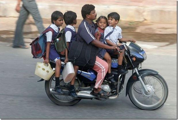 Moto con 5 personas encima