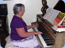 Peter Littlejohn's mum, Diane Littlejohn, played delightfully on the grand piano for us after a scrumptious BBQ