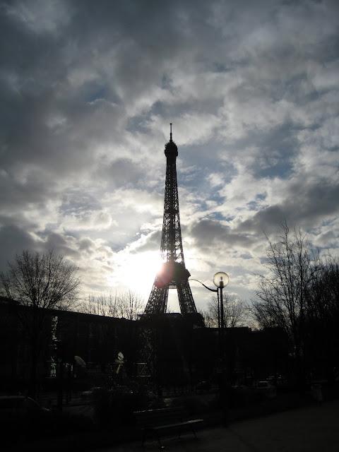 Eiffelova věž v protisvětle.