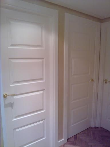 Duda con puertas blancas decorar tu casa es for Casas con puertas blancas