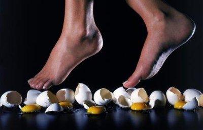 como se diz ''pisar em ovos'' em ingles de uma vez