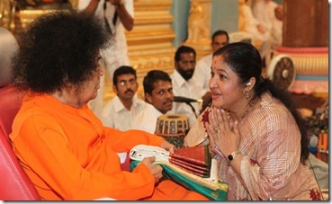 ks-chita-famous-playback singer -getting-blessings-from-sai-bava