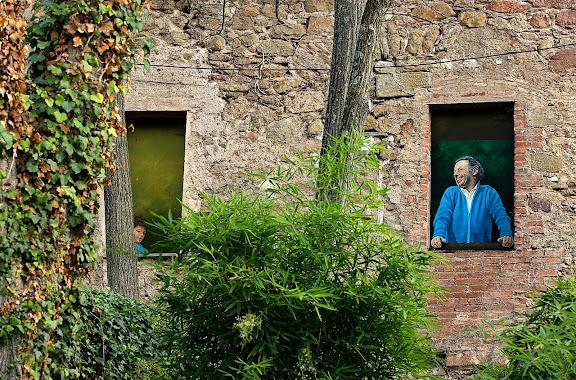 Pintures que decoren les finestres cegades de l'Hostal de Sant Salvador de Bianya, una estrella Michelin,La Vall de Bianya, Garrotxa, Girona