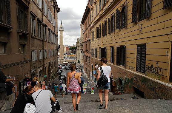 Turistas, al fondo, la columna de Trajano.Roma, Italia.