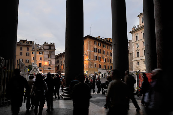 El Panteón de Agripa o Panteón de Roma [Il Pantheon en italiano] es un templo circular construido en Roma a comienzos del Imperio romano dedicado a todos los dioses (la palabra panteón significa templo de todos los dioses). Roma, Italia.