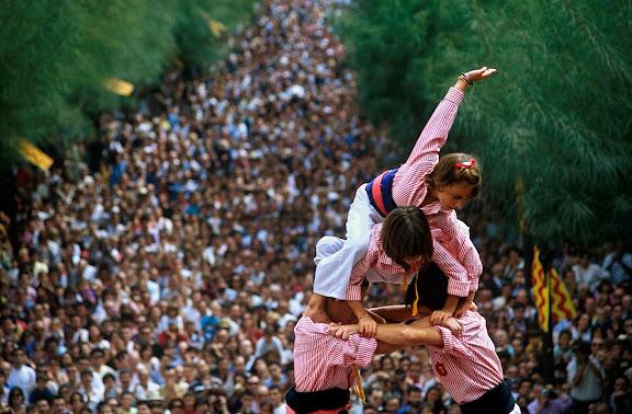 Enxaneta fent l'aleta i carregant el castell, colla Xiquets de Tarragona,Diada de Santa Tecla, castells a la plaça de la Font,Tarragona, Tarragonès, Tarragona1995.09.23