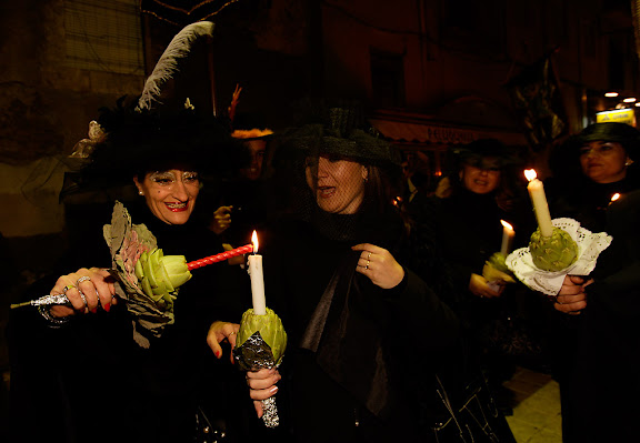 Carnaval de Tarragona, dimarts (28.02.2006)L'Enterrament, plaça de la Font. Comparses del dol i ploraneres amb carxofes i espelmes.
