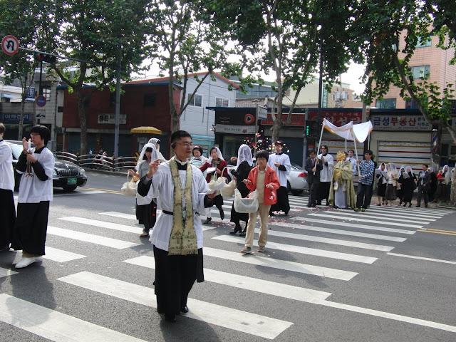 聖ピオ十世会韓国、ソウルにて、2009年10月25日の王たるキリストの祝日の聖体行列