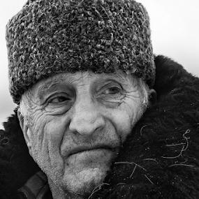 old man by Dana Corina Popescu - Black & White Portraits & People ( old, winter, dana popescu, portret, people, man )