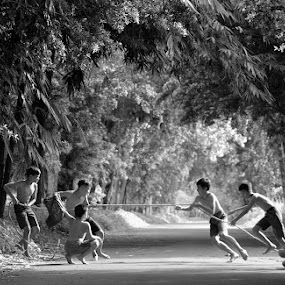 Tug of War Game by M Reza Saptodi - Babies & Children Children Candids