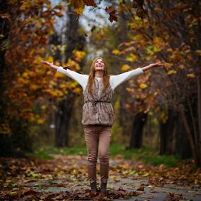Late autumn by Sabin Malisevschi - People Portraits of Women ( girl, autumn, joy, play, plays, fun, leaves, portrait )