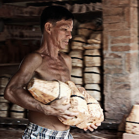 Drying ceramic by Pham Trieu - People Portraits of Men ( traditional crafts, rushed, craft potter, ceramic, pottery vietnam, Travel, People, Lifestyle, Culture )