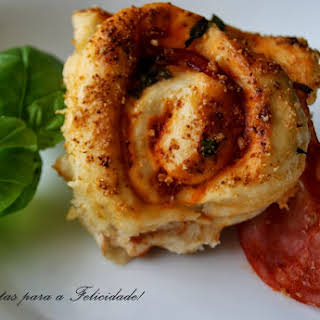 Pizza Rolls with Chorizo ​​and Basil.