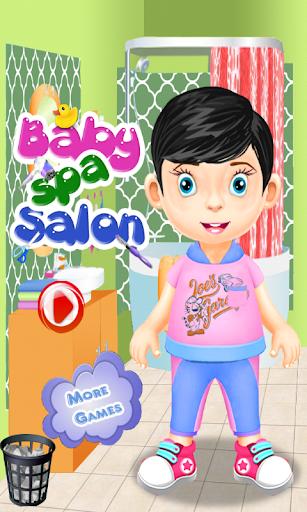 婴儿水疗游戏的女孩