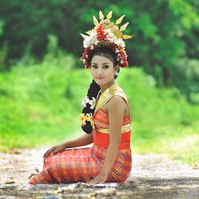 Nyawang tok by Wahyu Tri - People Portraits of Women