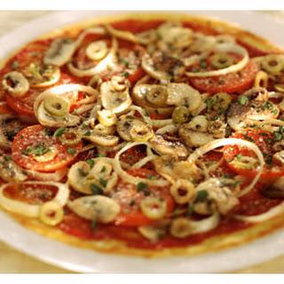 Snelle pizza met olijven, kappertjes en Parmezaansekaas