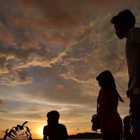 menikmati senja di ufuk barat by Alvi Eko Pratama - People Family ( silhouette, family, sunset, three, people )