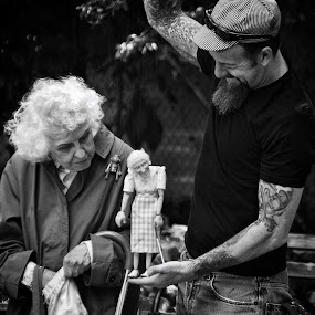 granny and puppet by Katsuhiro Kaneko - People Musicians & Entertainers ( canon, granny, monochrome, park, black and white, manhattan, new york, nyc, ny, street photography, eos, puppetier, puppet, new york city, old woman,  )