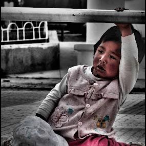 Waiting... by Sergio Moya - Babies & Children Child Portraits ( street, children, lonelly, people, portrait, emotion, human )