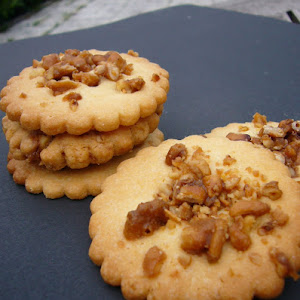 Crunchy Shortbread Cookies with Caramelized Pine Nuts