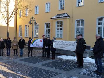 Schweigekreis vor dem Brühler Rathaus