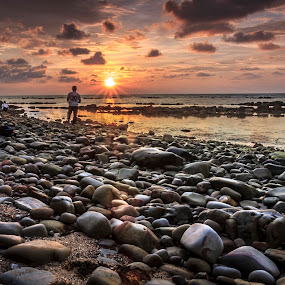 Batu2 Pantai Tg Kubung Labuan by Daimasala Abdullah - Landscapes Sunsets & Sunrises ( water, sunset, stone, people, man )