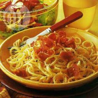 Spaghetti Carbonara Met Een Salade Van Gebakken Tomaten