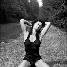 Relaxed in 't park by Etienne Chalmet - Black & White Portraits & People ( girls, nature, outdoor, beauty,  )