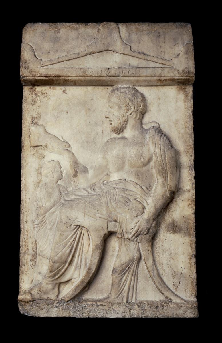 Stele funeraria di Santippo. Marmo, 420-410 a.C. ca. Il defunto nella sua bottega di calzolaio. Atene, Necropoli del Ceramico.