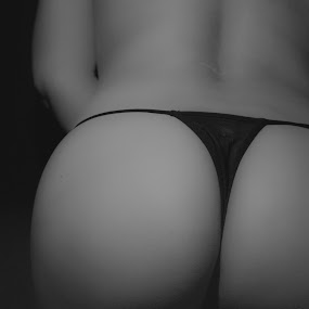 Back Beauty by Antonio Gansa - Nudes & Boudoir Boudoir ( boudoir photography, nude, black and white, woman, boudoir,  )