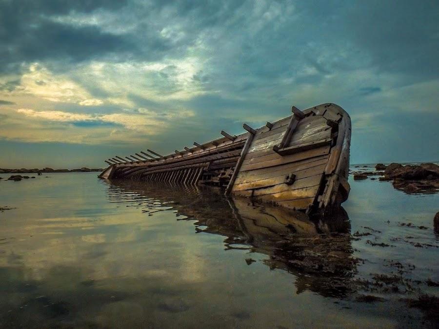 Lumpuh Diterjang Ombak  by Yoga Angga Wicaksono - Transportation Boats