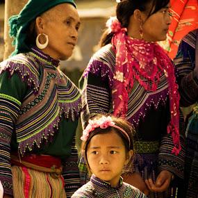 by Elliot Moore - People Family ( market, family, bac ha, vietnam, women, hmong,  )