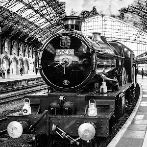 GWR Castle Class 4-6-0 no 5043 Earl of Mount Edgcumbe at Bristol Temple Meads Station (B&W 2 PIXOTO).jpg
