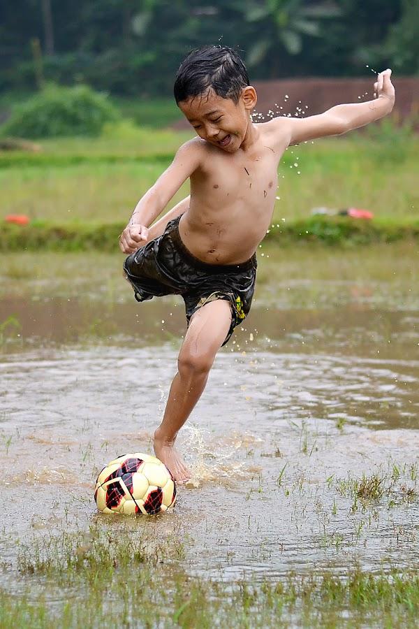 Sehabis Hujan [After The Rain] by Baldy Patikradja - Babies & Children Children Candids