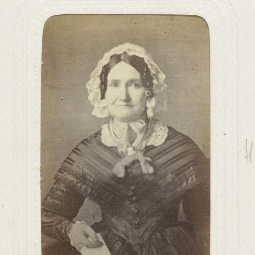 a85fe3383dc871 Studioportret van een oudere vrouw in een lange